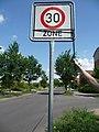 Heinersdorfer Weg, Anfang der Tempo-30-Zone (kurz vor der westlich gelegenen Einmündung der Martin-Niemöller-Straße) - panoramio.jpg