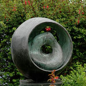 Sphere with Inner Form - Image: Hepworth circles fuschia