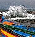 Hohe Atlantikwellen brechen sich am Strand von Santa Cruz (Madeira). 03.jpg