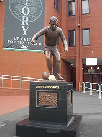 Monument a Jimmy Johnstone, a l'entrada de l'estadi