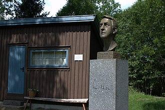 Kåre Holt - Kåre Holt bust at Reidvintunet in Holmestrand