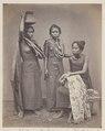 KITLV 4392 - Isidore van Kinsbergen - Three slaves (sepangan) Raja of Boeleleng. - 1865.tif