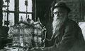 Karl Junker mit Hausmodell um 1900.png