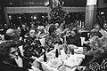 Kerstdiner Leger des Heils voor bejaarden in Schiller, Amsterdam, Bestanddeelnr 929-4920.jpg