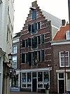 foto van Huis met trapgevel waarin talrijke zandstenen banden en waterlijsten