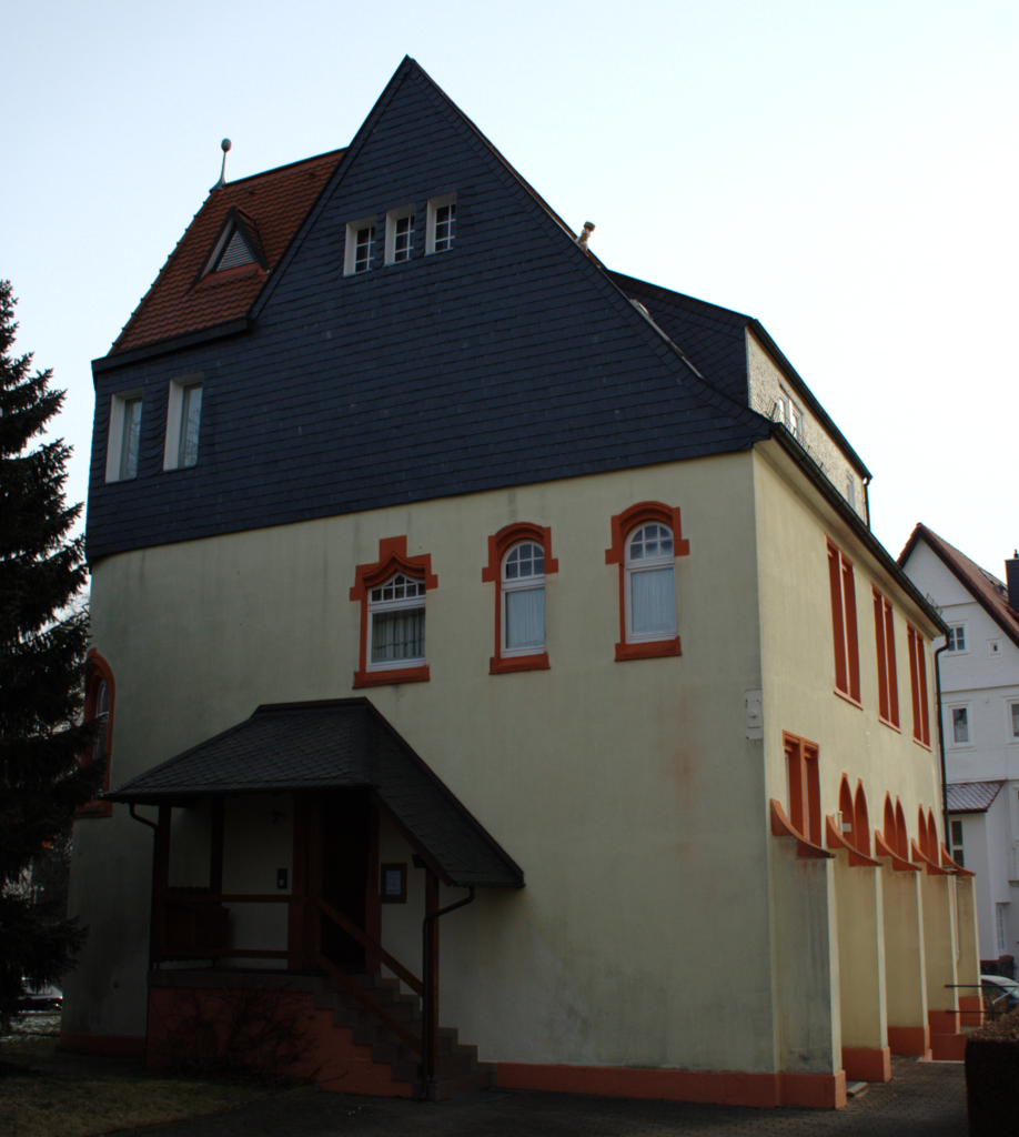 adolf spiess Ezt fejlesztette tovább a svájci adolf spiess, aki bevezette a kéziszerek  használatát az első torna-világbajnokságot 1903-ban rendezte meg  antwerpenben.