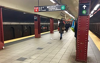 Lexington Avenue/51st Street (New York City Subway) - Looking south on the platform leading to the transfer