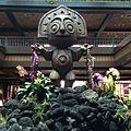 Lobby Statue (20579082928).jpg