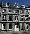 foto van Huis met statige lijstgevel van Naamse steen in Lodewijk XVI-stijl.