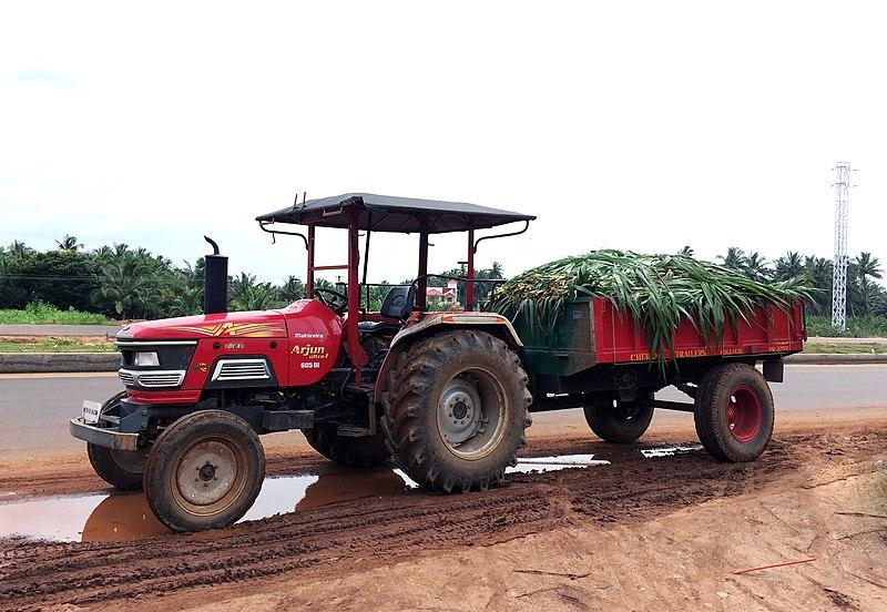 Mahindra Arjun 605 DI tractor with trailer.JPG