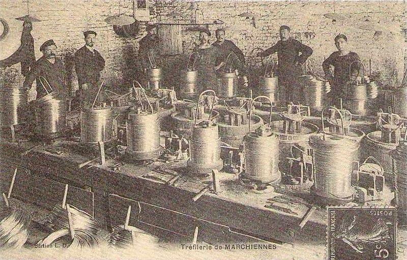 L'usine de la Tréfilerie a été installée sur le site de la Seconde Fosse de Marchiennes de la Compagnie des Canonniers à Marchiennes, Nord, Nord-Pas-de-Calais, France entre 1900 et 1920.