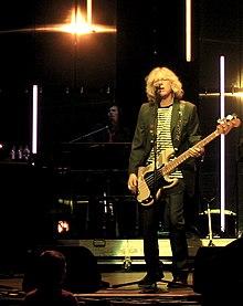 Il bassista Mike Mills dal vivo a Seattle
