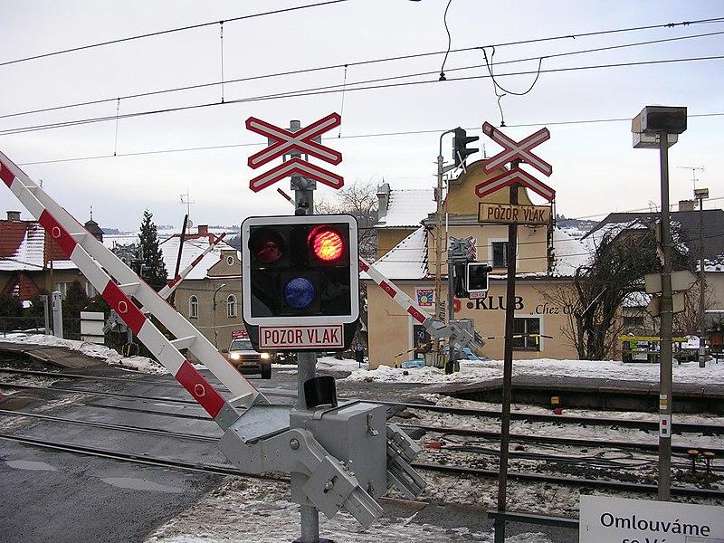 File:Mnichovice, přejezd v zastávce bliká.jpg