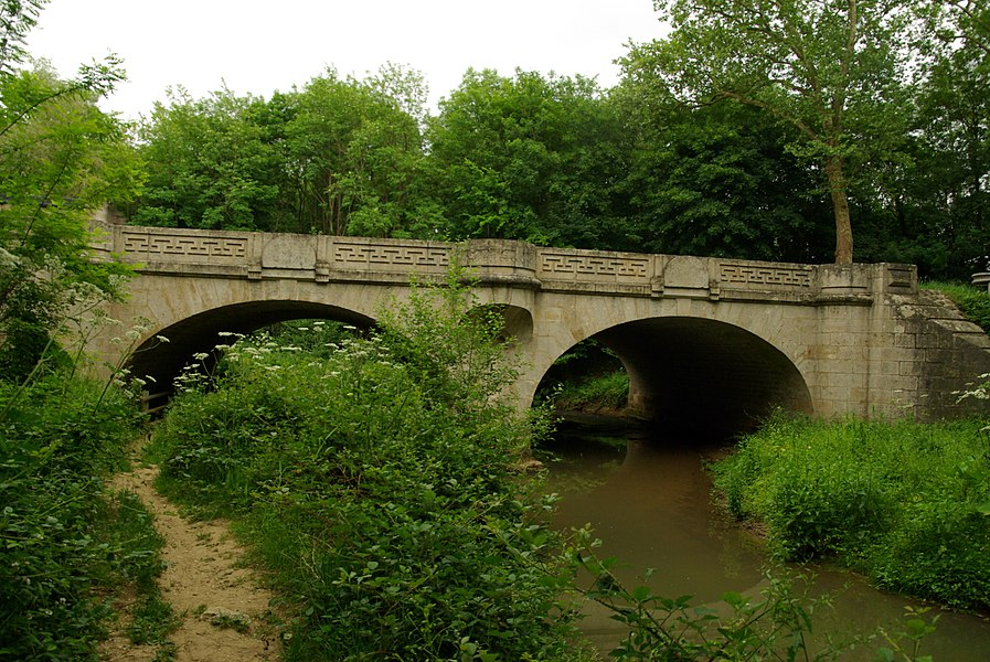 Monéteau, the stone bridge over Baulche