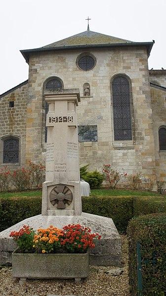 Monument aux morts de Hans, vue de l'est de l'église en arrière plan. Le monument a été construit par Jules Pierrard.