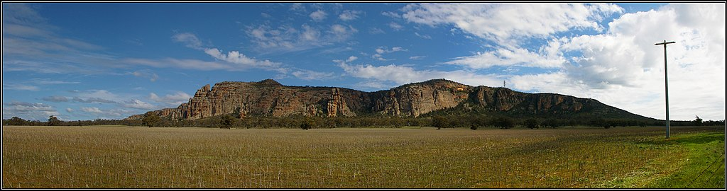 Mount Arapiles, panorama from the NE. Peter Neaum. - panoramio