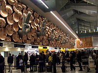Zde je zobrazen check-in counter na Terminálu 2 letiště.