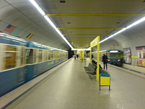 Munich subway station Schwanthalerhöhe - Platform with trains.JPG