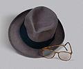 Museo del Bicentenario - Sombrero y anteojos de Arturo Frondizi.jpg