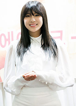 Oh Hayoung at a fansigning in Mokdong on 7 December 2014.jpg