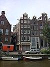 foto van Hoekhuis, rijk gebeeldhouwde halsgevel, bekroond door een borstbeeld