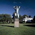 Overzicht beeld 'Verzetsmonument' - gebeeldhouwde bronzen geknielde mannenfiguur met opgeheven armen op een granieten voetstuk - Hilversum - 20415224 - RCE.jpg