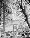 overzicht zuidwestgevel met kerktoren en kerkhof - ferwerd - 20345470 - rce