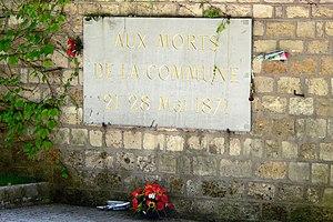 Detalle del Mur des fédérés ('Muro de los federados'), placa en honor a los muertos de la Comuna (cementerio de Père-Lachaise).