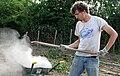 Picquigny (29 juillet 2009) brouette de cendres 2.jpg
