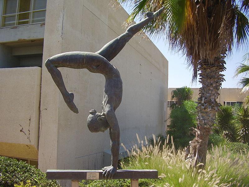 פסל המתעמלת במכון וינגייט