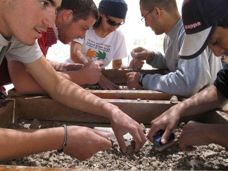 חניכי מכינה בסינון ארכיאולוגי של עפר מהר הבית