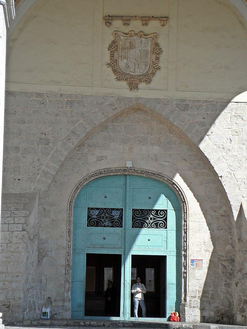Portón de la Iglesia del monasterio de San Benito el Real.jpg