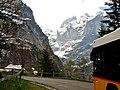 Postbus auf dem Weg zur Grossen Scheidegg und Blick in das Tal des Oberen Grindelwaldgletschers - panoramio.jpg