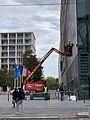 Préparation de l'installation de la banderole hommage à Samuel Paty sur le siège du conseil régional d'Auvergne-Rhône-Alpes à Lyon (octobre 2020).jpg