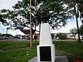 """Praça Santos Dumont em Taquaritinga-SP. Homenagem ao Pai da Aviação com dos dizeres, SANTOS DUMONT - NO MEU LINDO """"BRASIL"""" OU NO """"14 BIS"""" NA ÁGIL """"LIBÉLULA"""" EU APENAS QUIS AMOR E NÃO FÉRULA, E LIBRAR - panoramio.jpg"""