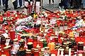 Praha, Staroměstské náměstí, rozloučení s třemi zahynulými českými hokejisty, svíčky IV.jpg
