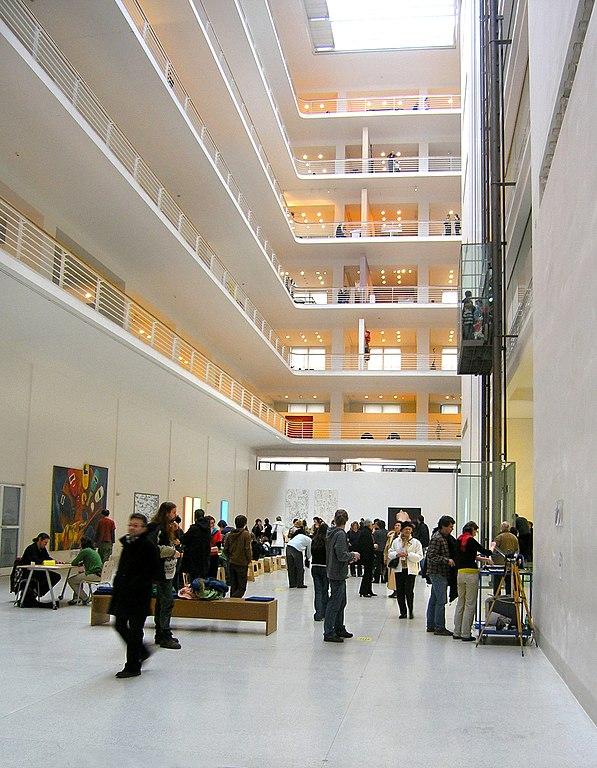 Cour intérieur du musée : Les volumes, la luminosité, la transparence sont exceptionnelles.