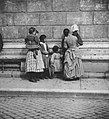 Primoli, Giuseppe - Frau und Kinder am Scossacavalliplatz (Zeno Fotografie).jpg