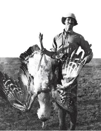 Richard Meinertzhagen - Meinertzhagen with a Kori bustard in Nairobi (1915).