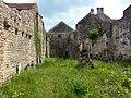 Reste der Kirche Saint Pierre und alter Kirchhof von Saint Pere (Yonne).jpg