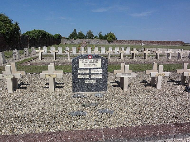 Ribemont (Aisne) cimetière, carré militiare