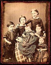 Clara und Robert Schumanns Kinder 1854, Ambrotypie von Wilhelm Severin. Von links: Ludwig, Marie, Felix, Elise, Ferdinand und Eugenie. Julie fehlt auf der Fotografie. Emil war schon 1847 gestorben. (Quelle: Wikimedia)