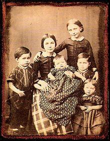Die Kinder der Schumanns (1854). Von links: Ludwig, Marie, Felix, Elise, Ferdinand und Eugenie. Julie fehlt auf der Fotografie. Emil war schon 1847 gestorben. (Quelle: Wikimedia)
