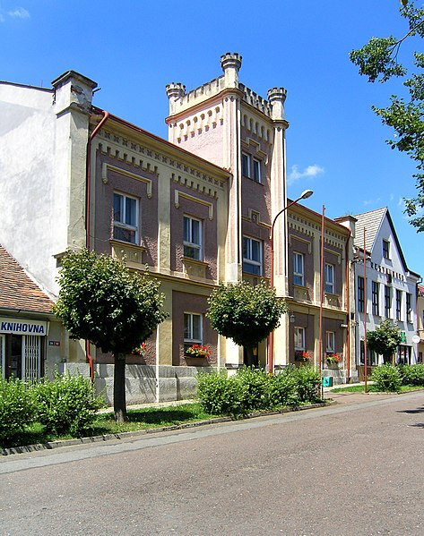 File:Ronov nad Doubravou, municipal office.jpg