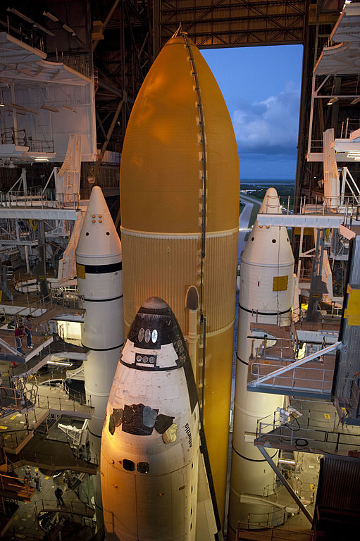https://upload.wikimedia.org/wikipedia/commons/thumb/2/22/STS-135_Atlantis_rollout_0.jpg/511px-STS-135_Atlantis_rollout_0.jpg