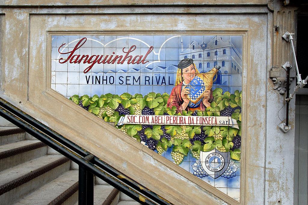 Azulejos publicitaire dans le marché de Bolhão à Porto - Photo de António Amen