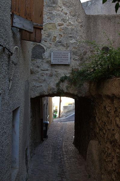 Plaque à Servian: Vestige de l'ancien chemin de ronde du castelum de Servian, restauré par la municipalité en 1980.