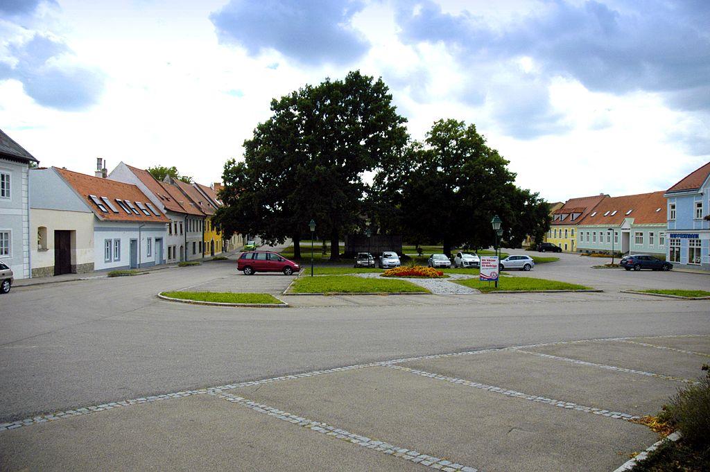 Datei:Sitzendorf Hauptplatz Ansicht von Norden.jpg