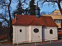 Smíchov, kaple Nanebevzetí Panny Marie z boku.jpg