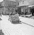 Straatverkoper met paard en wagen beladen met kistjes vol drinkflesjes, Bestanddeelnr 255-2483.jpg